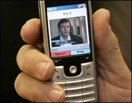 NÅ KOMMER EKTE MOBIL-TV: I vinter starter prøvesendinger på mobil-TV. De mobile enhetene har egen tuner slik at signalene ikke går via telenettet. Foto: Scanpix
