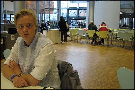 TVUNGET TIL Å PENDLE: Anders Wilhelm Amundsen Olsen har begynt studiene på BI i Oslo, men bor fremdeles på Nøtterøy. Foto: Elisabeth Breien Ellingsen