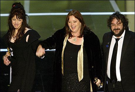 MANUS: Fran Walsh, Phillipa Boyens og Peter Jackson har nå sagt ja til å skrive manus til filmen «Hobbiten». Foto: Reuters