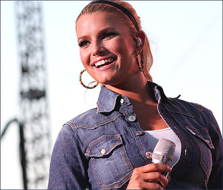 COUNTRY-AKTUELL: Jessica Simpson (27), her under en konsert i Indianapolis nylig. Foto: EPA