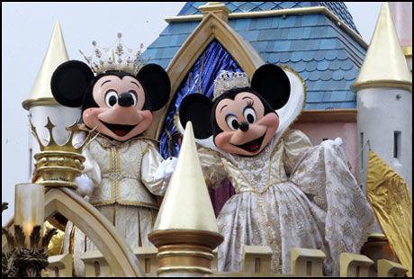 FAREN OVER: Mikke og Minni kan igjen ta imot besøkende i Disneyland etter at det mystiske støvet på billettlukene viste seg å være finkornet sandstøv, trolig av typen tryllestøv. Foto: Reuters