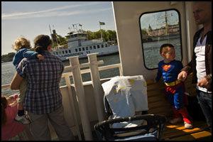 POPULÆR: Djurgårdsfärjan går fra Slussen til Djurgården i byens indre havn. Det er en kort, men svært populær tur. Hvert år transporteres 2,5 millioner mennesker med disse båtene. Foto: Jan Johannessen