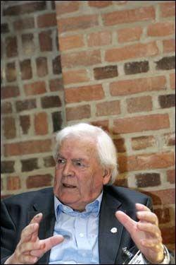 I GOD TRO: Thorbjørn Berntsen sier at han har mottatt sin pensjon fra Stortinget i god tro og sier at noen burde gitt ham beskjed om at han har mottatt for mye penger. Foto: Scanpix