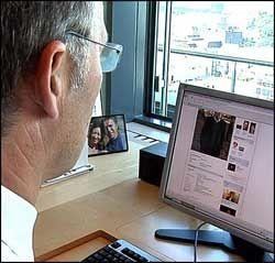 LITT PRIVAT: På Facebook-siden til Jens Stoltenberg står det ikke bare om politikk. Her forteller han også om sine private interesser og relasjoner. Foto: Marianne Tessem Foto: