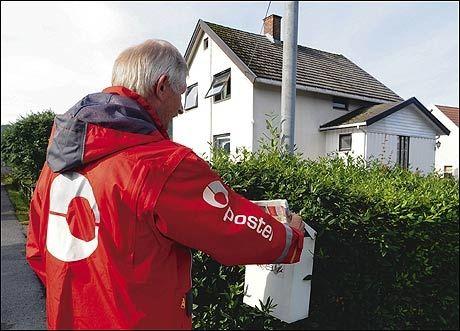 POSTBUD: Hvis du ser etter postbudet, kan du se etter denne jakken. Foto: POSTEN