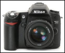 NIKON D80: D80 er større og tyngre enn D40. Foto: Nikon