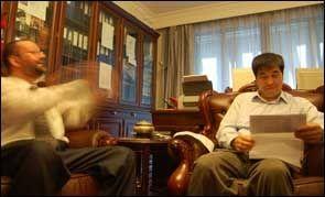 SAMTALE Professor Shen Xueyong (t.h.) og Ingar Holst samtaler om journalen fra Holsts nylige innleggelse på sykehus. Foto: GEIR TERJE RUUD