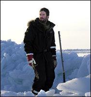 TATT AV VINDEN: Nordpol-isen har drevet sørover, den store reduksjonen i sjøis skyldes at isen er transportert bort, ikke smeltet i Polhavet, sier sjøisekspert og havforsker Lars H. Smedsrud, her fotografert på tokt i sjøisen. Foto: UNIS