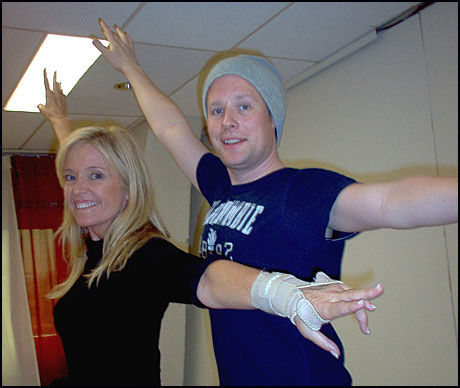 TRENER VIDERE: Hanne Krogh og dansepartner Asmund Grinaker fortsatte onsdag treningen. Foto: TV 2