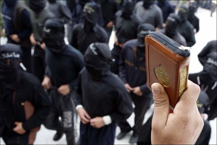 KOMMER TIL NORGE: Her demonstrerer studenter fra det muslimske brorskapet ved det islamske universitetet al-Azhar i Kairo. Nå har en UD-sponset konferanse invitert representanter for islamistbevegelsen til Norge. Foto: EPA