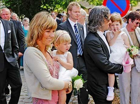 - FORSVARER FAMILIEN: Ari Behn mener Carl Erik Grimstad har kommet med unødvendige angrep mot hans familie, spesielt konen, prinsesse Märtha Louise. Her er de sammen med døtrene Leah Isadora og Maud Angelica. Foto: Simen Grytøyr/VG