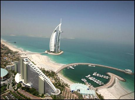 GIGANTISK PR-STUNT: Anført av styrtrike sjeik Mohammed og flyselskapet Emirates henter ørkenstaten inn PR-agenter fra hele verden for å vise hva Dubai har å by på - selv i krisetider. Foto: EPA.