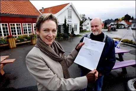 BEVISET: Her holder Mary Menth Andersen (51) frem brevet fra Barack Obama, mannen som hjalp henne til Norge. Ved siden av henne står ektemannen Dag Andersen (53). Foto: Roger Neumann