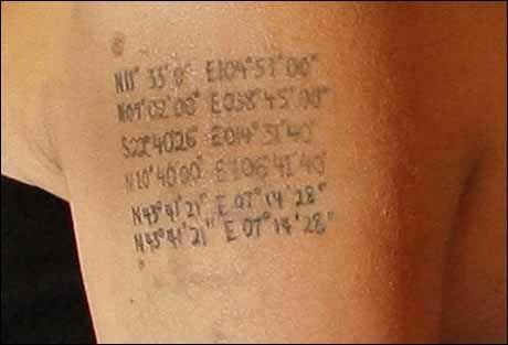 KORDINATER: Angelina Jolie har kordinatene for hvor hennes seks barn ble født tatovert på armen. Foto: REUTERS