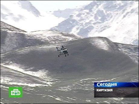 VANSKELIGE FORHOLD: En russisk tv-stasjon har tatt bilde av et kirgisisk helikopter på vei til den jordskjelvrammede byen Nura. Foto: AFP