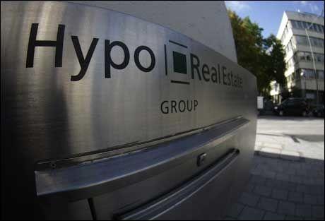 EUROPEISK REDNINGSAKSJON: Den tyske storbanken Hypo Real Estate ble reddet av tyske myndigheter søndag. I en rekke europeiske land foregår det nå redningsaksjoner for å hjelpe finanssektoren. Foto: REUTERS