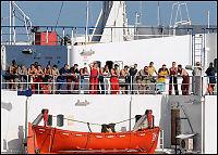 Pirater truer med å sprenge kapret skip