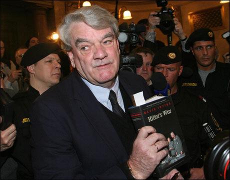 PÅ TV2s REGNING: TV-kanalen betalte David Irvings reise til Norge. Da han i dag ankom TV2s lokaler ble han møtt av sinte demonstranter. Foto: Reuters