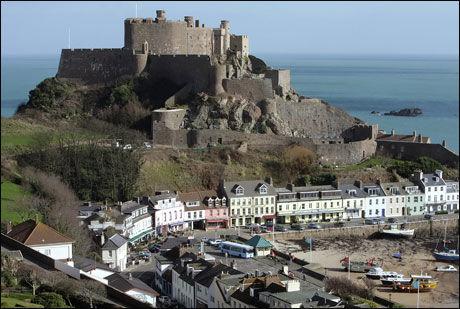 BRITISK ELLER FRANSK? Innbyggerne på øya Jersey skal onsdag stemme over om øya skal følge sentraleuropeisk eller britisk tid. Foto: AFP