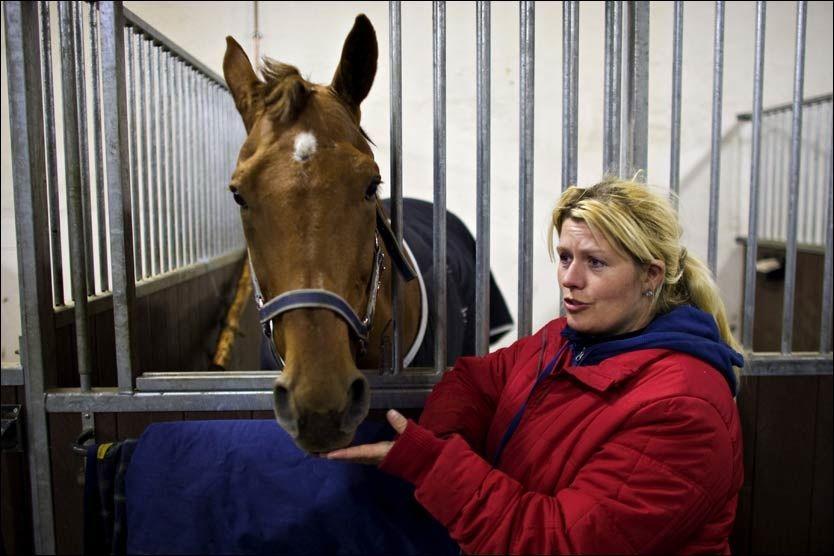 HOPPET UT: Mens de fleste andre eierne av hester på Wærhaug gård sørget over tapet av sine hester, kunne Nina Andersen i går ta ekstra godt hånd om sin hest Junior Express som overlevde dramaet. Foto: Eivind Griffith Brænde