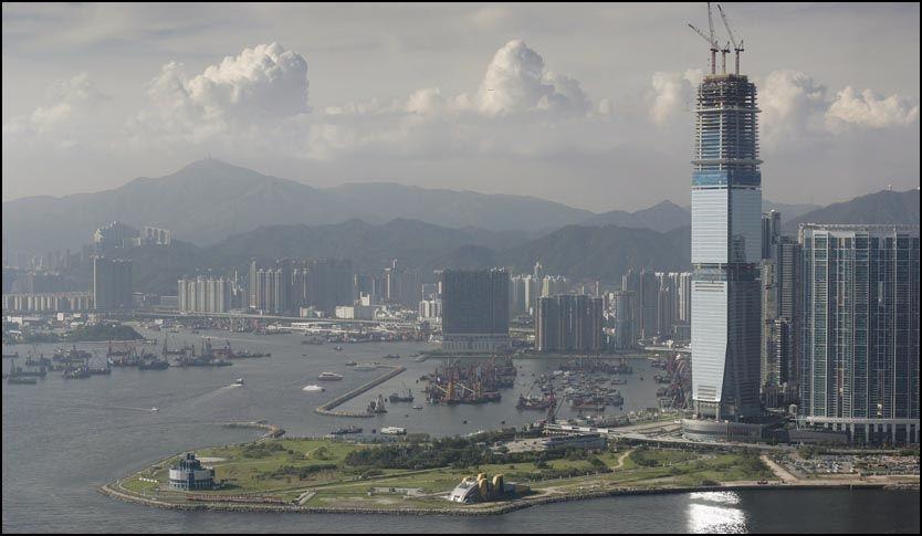 BLIR HØYEST: Ritz Carlton i Hong Kong skyter i været. I desember skal verdens høyeste hotell - 118 etasjer høyt - åpnes med friluftsbar på taket. Foto: EPA