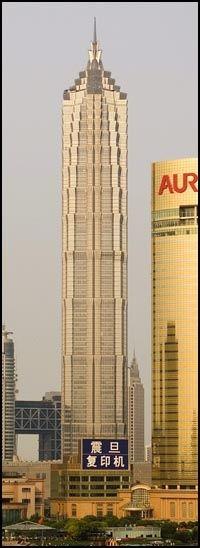 VERDENS HØYESTE: De 35 øverste etasjene av denne skyskraperen i Shanghai huser Grand Hyatt - som inntil videre regnes som verdens høyeste hotell. Foto: Onasia.com