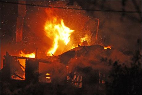 BRANT INNE: 25 hester brant inne da en driftsbygning på Wærhaug gård som ligger mellom Nittedal og Skedsmokorset, brant ned til grunnen natt til fredag Foto: Scanpix