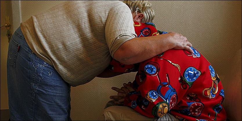TILTALT: Her holder moren rundt sin 30-årige sønn. Da sønnen ble innkalt til kontroll hos trygdemyndighetene i mai 2005, krabbet mannen rundt på gulvet i bleie. Foto: Tore Kristiansen