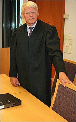 REAGERER STERKT: Forsvarsadvokat Randulf Riderbo mener retten har tatt snarveien i rettssaken mot klienten. Foto: Jarle Brenna