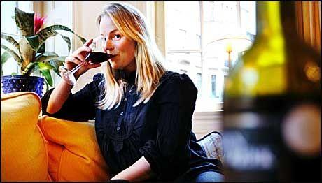 TESTER: Ulrika Melin mekret ikke noe til allergiske reaksjoner eller tungt hode etter å ha drukket vinen. Foto: Afotnbladet/Annika Af Klercker