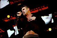 Morrissey med bok i magen