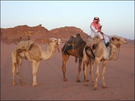 MODERNE: Ahmed kombinerer det beste fra minst to verdener som beduin i Wadi Rum-ørkenen i Jordan. Foto: LARS BULL