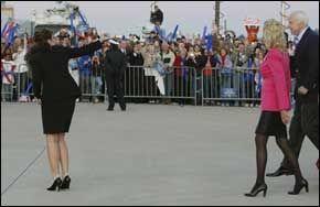 FESTKLEDD: Cindy McCain (med rosa jakke), John McCain og Sarah Palin hilser fansen på vei fra flyet og inn i hangaren. Foto: AP