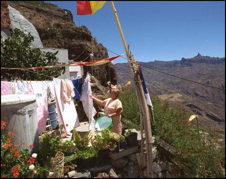 GROTTEFOLKET: Grottebyen Artenara ligger på 1600 meters høyde på Gran Canaria, slik den har gjort i 3000 år. Foto: TOM EGIL JENSEN