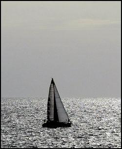 FRED OG RO: Mange norske Gran Canaria-turister stikker til sjøs for å få en pause fra strandlivet. Foto: Espen Braata.