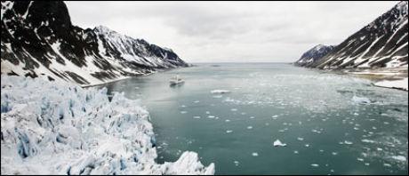 """SMELTER TURISTENE: Svalbard er """"hot"""" på mer en måte. Ikke bare tiner isbreene på grunn av den globale oppvarmingen. Øysamfunnet er også kommet på Lonely Planets liste over steder du bør se i 2009. Foto: Scanpix"""