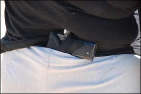 PISTOL: Shawna Forde har aldri mindre enn en liten pistol med seg. Foto: GEIR TERJE RUUD