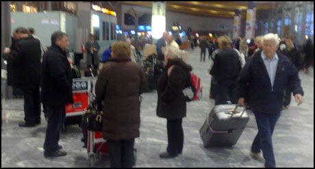 FLERE RAMMES: Forvirring blant passasjerene som møtte opp på Gardermoen i morgentimene i dag. Foto: EIRIK BORUD