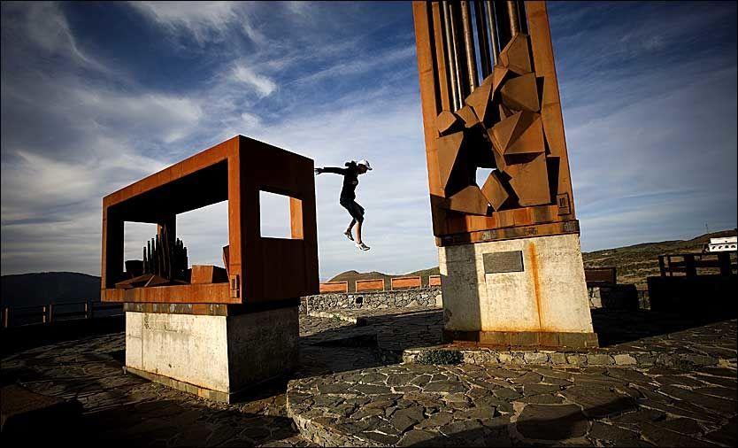 TOPPEN: En moderne skulptur markerer toppunktet for en av fjellvandringene fra Artenara. Utsiktsplatået nær 2000 meter over havet gir praktfull oversikt over store deler av Gran Canaria. Og akrobatiske utfordringer for turgjengere med ekstra overskudd. Foto: Terje Bringedal