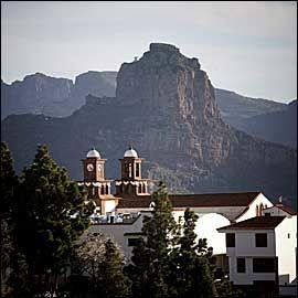 DOMEN I FJELLENE: Artenara-kirkens to tårn kneiser om kapp med fjelltopper og klippelandskap. Foto: Terje Bringedal