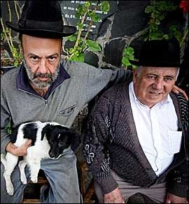 MØTE: Señor Cuvas og kompis med hund i passiar utefnor en grottekirke. Foto: Terje Bringedal