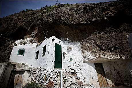 INNGANG: Stort sett bare inngangspartiet er synlig på de typiske grottehusene. Foto: Terje Bringedal
