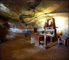 GROTTEKIRKE: Artenaras grotter huser det meste - også en liten kirke. Foto: Terje Bringedal