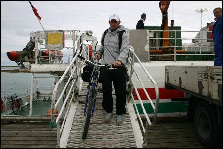 MED HURTIGBÅT: Et godt nettverk av hurtigbåter og ferger (ruter på www.tts.no) tar deg ut til øyene Vega, Herøy, Dønna, Lovund og Rødøy. Og sykkelen, den tar du med på båten. Foto: Dag Fonbæk