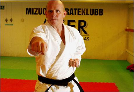 Øyvind Hammer har tatt svart belte i en karategren kalt Shito-ryu, og er med i karateklubben Mizuchi i Bærum. Hammer er blitt trent av Geir V. Henriksen, grunnleggeren av klubben. Foto: Trond Solberg