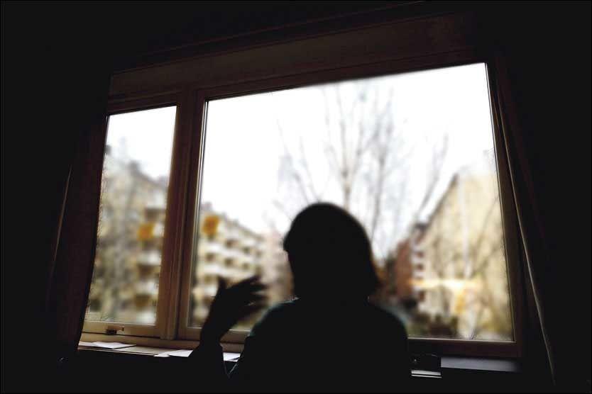 SAVN: - Jeg savner øyekontakt og det å se at noen smiler til meg. En del av meg lærer blindeskrift, en annen del stritter imot. Da godtar jeg at jeg aldri får synet tilbake, sier den 41 år gamle kvinnen. Foto: KRISTIAN HELGESEN