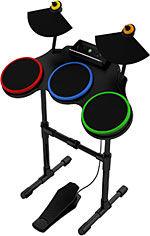 PLASTINSTRUMENTER: I både «Rock Band 2» og «Guitar Hero: World Tour» bruker du plastkopier av gitarer og trommer samt mikrofon til å håndtere gitar, bass, trommer og vokal i rockelåter. Her eksemplifisert av det nye trommesettet til «Guitar Hero: World Tour». Foto: NEVERSOFT/ACTIVISION