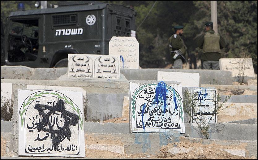 VANDALISERT: Dette palestinske gravstedet i byen Hebron på Vestbredden har blitt vandalisert av jødiske bosetninger. Foto: Reuters