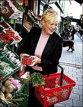 PÅ SHOPPING: Finansminister Kristin Halvorsen viser gjerne frem handlekurven sin - og oppfordrer fok til å ta seg en handletur for fellesskapet. Foto: Aftenposten