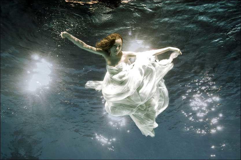 VANN-SKELIG UTFORDRING: Frøydis var åpen om sykdommen underveis i innspillingene. Her fra fotoshooten de gjorde under vann. Foto: TV3